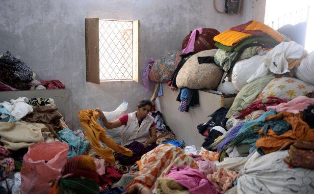 Odpadna oblačila običajno niso le iz enega materiala, temveč iz mešanic, zaradi česar je njihovo recikliranje oteženo. Mešanice predstavljajo kar 94 odstotkov celotnega odpadnega tekstila na trgu. FOTO: AFP