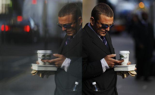 Brskanje po telefonih drugih lahko razkrije marsikakšno presenečenje. FOTO: Reuters