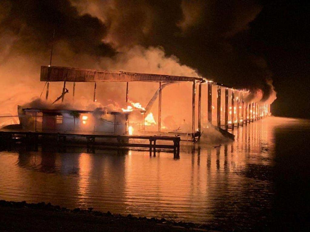 Na jezeru v Alabami zgorelo 35 ladij, ogenj usoden za najmanj osem ljudi