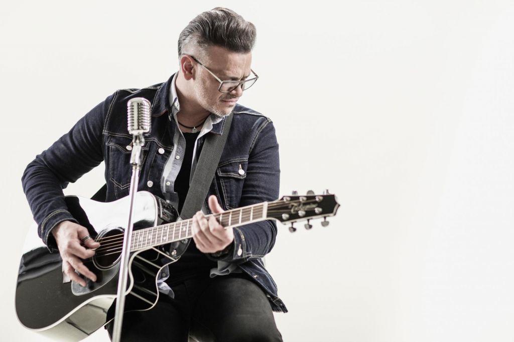 Samuel Lucas: »Ni odra, na katerem si ne bi upal nastopiti sam s kitaro in zapeti v živo«