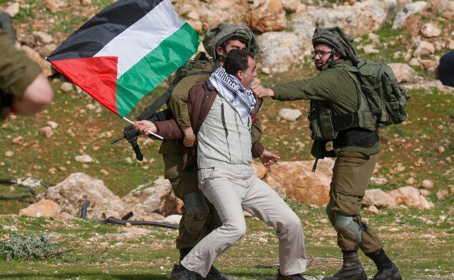 Načrt stoletja med drugim legalizira stotine ilegalnih judovskih naselbin na okupiranem Zahodnem bregu, Izraelu podarja ozemlje ob reki Jordan, palestinska območja še dodatno razprši in razširi pooblastila izraelskih varnostnih sil. FOTO: AFP