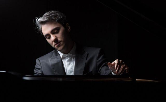 Pianist Aleksander Gadžijev ob interpretaciji namenja premislek razumevanju posamezne skladbe in njenega konteksta. Foto Festival Ljubljana