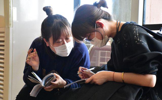 Doslej je virus, ki se je začel širiti iz kitajskega mesta Wuhan, zahteval več kot 130 smrtnih žrtev, okuženih pa je okoli 6000 ljudi.FOTO: Filbert Rweyemamu/AFP