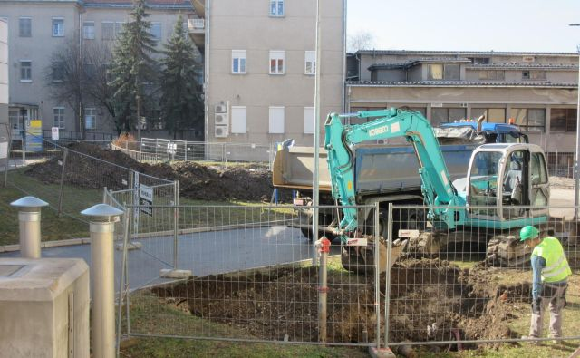 V Splošni bolnišnici Celje so veseli, da na gradbišču delajo, kljub temu da nadzora ni. Že leta namreč čakajo na novogradnjo. FOTO: Špela Kuralt/Delo