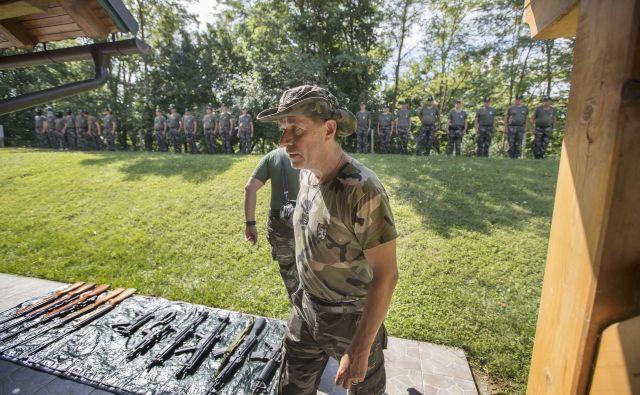 Imitacija orožja se od pravega orožja navidez ne razlikuje, enako velja za uniforme. Foto Leon Vidic/delo
