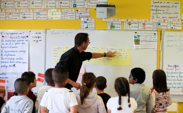 Velika večina učiteljev prinaša v šolo svojo človečnost in jo deli z učenci in dijaki, ne glede na (ne)napisana pravila delovanja šole. FOTO: Reuters