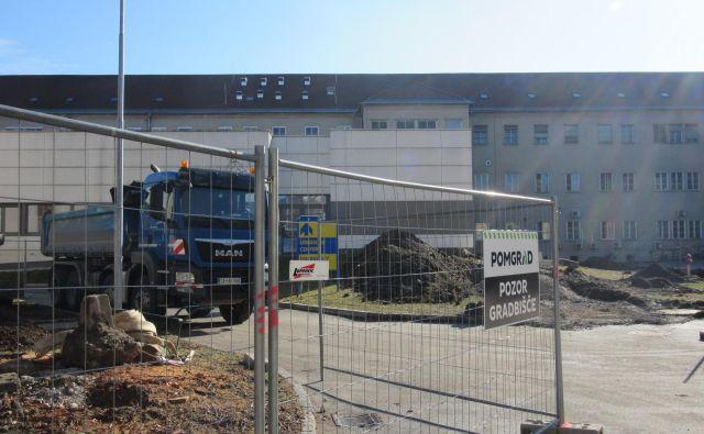 V Splošni bolnišnici Celje menijo, da je le vprašanje časa, kdaj bodo gradbišče zaprli, glede na to, da na njem ni nadzornika. Na novogradnjo so čakali leta. FOTO: Špela Kuralt/Delo