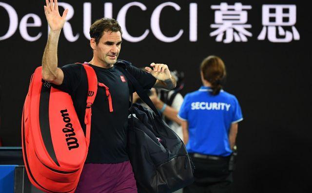 Roger Federer je plačal davek za naporen četrtfinalni dvoboj in se od letošnjega odprtega prvenstva Avstralije poslovil s preprčljivm porazom proti Novaku Đokoviću. FOTO: AFP