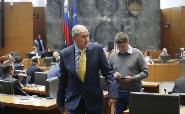 Na dan odstopa Marjana Šarca kot predsednika vlade si je Janez Janša pomenljivo nadel uradno kravato slovenskega predsedovanja EU, ki ga je vodil on. FOTO: Leon Vidic/Delo