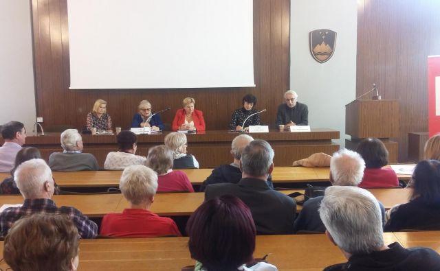 Civilne in politične iniciative morajo združiti moči in pritisniti na prihodnjo vlado, da takoj začne s postopki za sprejem zakona o dolgotrajni oskrbi, so poudarili razpravljavci na posvetu, ki ga je organiziralForum starejših SD osrednje Slovenije. Foto Andreja Žibret Ifko