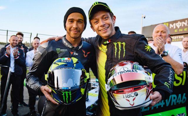 Valentino Rossi (desno) se je med pripravami srečal tudi s šestkratnim prvakom formule 1 Lewisom Hamiltonom. FOTO: Motogp.com