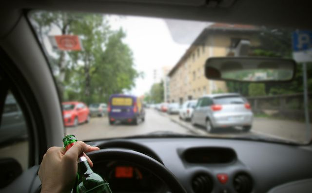 Četrtina avtomobilskih nesreč s smrtnimi žrtvami se zgodi zaradi alkohola. Foto Blaž Samec