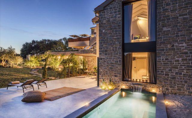 Zasebni bazen in terasa ob novi hišici, imenovani vila, ki ponuja razkošen apartma v dveh nadstropjih s kaminom. Fotografije Hrvoje Serdar