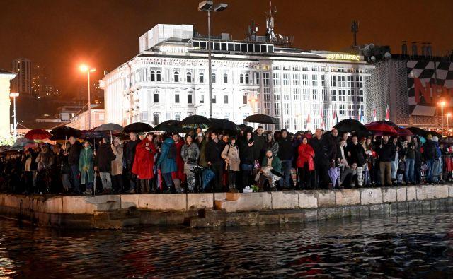<em>Opera industriale</em>, spektakel za oči in predvsem ušesa, je na De Franceschijev pomol privabil množico, ki je zvočno podobo tudi soustvarjala. FOTO: AFP