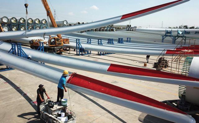 Lopatic vetrnic iz steklene volne in smol še ne znajo učinkovito predelati. FOTO: Reuters