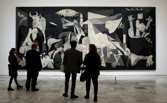 Na razstavi so na ogled tudi skice za znamenito Guernico, ki je upodobljena na fotografiji. Foto Reuters