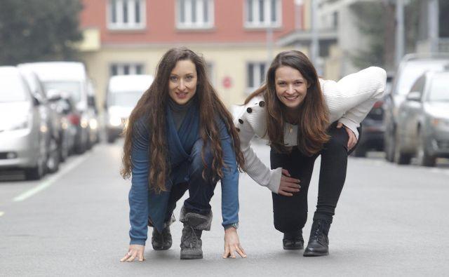 Igralki Gaja Višnar (levo) in Sanja Gregorčič v nizkem štartu pred veliko premiero. FOTO: Mavric Pivk