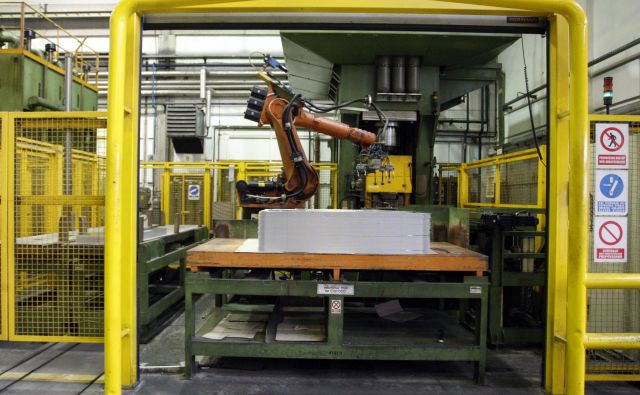 Nekoč težaški poklici se avtomatizirajo in robotizirajo. FOTO Tadej Regent/Delo