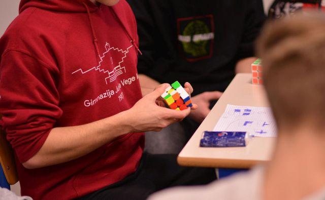 Dijaki so lahko spoznali tudi strategije z rubikovo kocko. FOTO: Jošt Rovtar