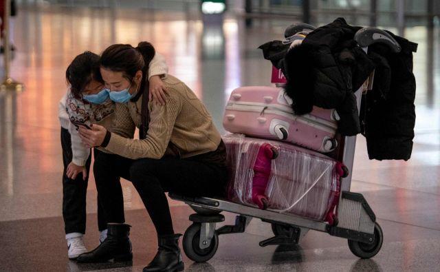 Zaradi koronavirusa so države za potnike uvedle različne ukrepe, med drugim tudi 14-dnevno izolacijo na svojih domovih. FOTO: AFP