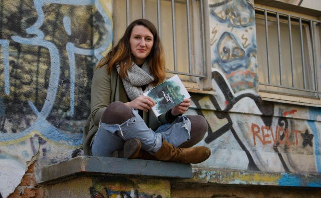 V vsakodnevne situacije pisateljica spretno vpleta tudi splošno družbeno kritiko. FOTO: Kristina Dremšak