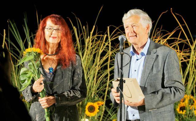 Bina Štampe Žmavc ob prejemu Zlatnika poezije 2018. Foto: Brane Piano