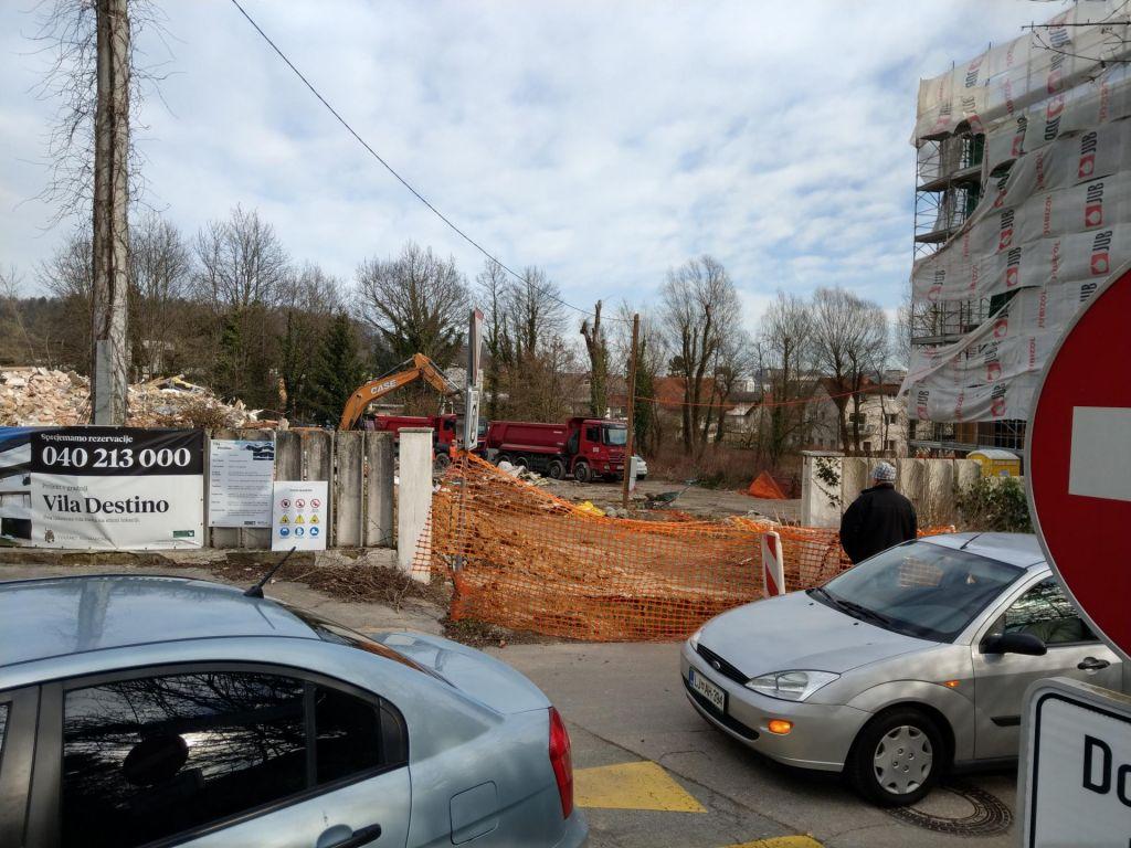FOTO:Gradbinci na robu Habjanovega bajerja
