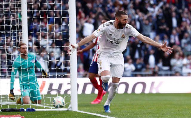 Takole je Atleticov vratar Jan Oblak le nemočno pospremil gol Karima Benzemaja za končno zmago Reala z 1:0. FOTO: Reuters