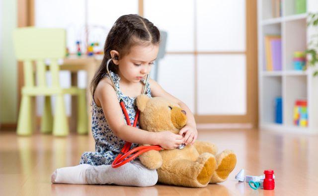 Deklica, ki se igra zdravnico. FOTO: Shutterstock