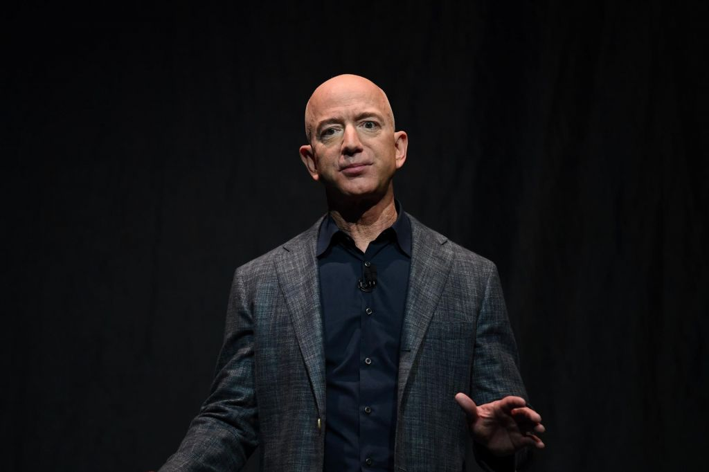 FBI zaslišal Bezosa zaradi »savdskega« vdora v telefon