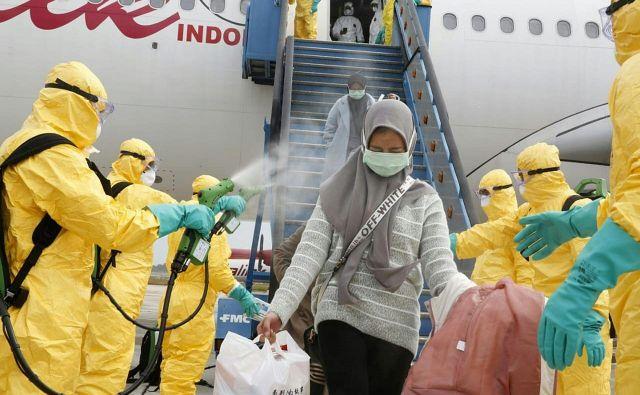 Države prepovedujejo vstop osebam, ki so pripotovale iz Kitajske. FOTO: AFP