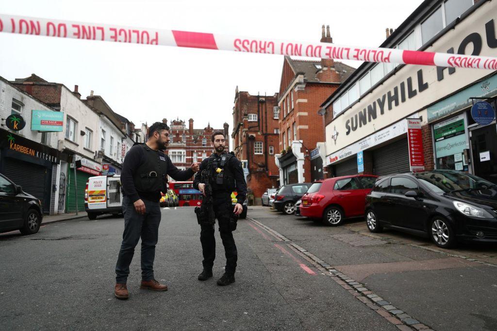 V napadu v londonskem predmestju ranjeni trije ljudje