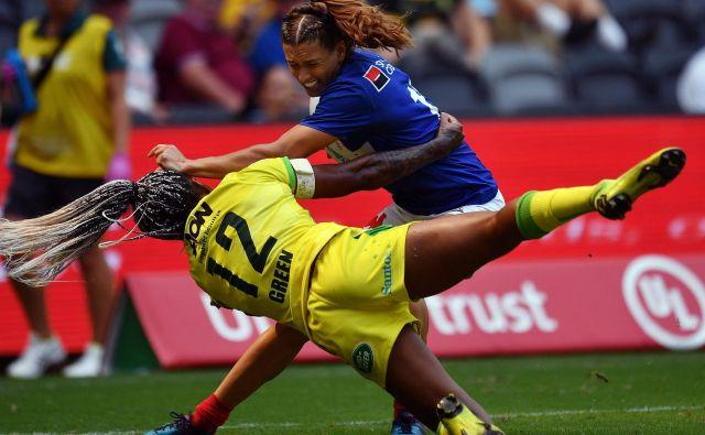 Utrinek iz tekme na ragbi turnirju za ženske v Sydneyju, na katerem sta se med drugim pomerili tudi reprezentanci Avstralije in Francije. FOTO: Sam Mooy/Afp<br />
