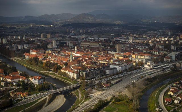 Po nekaterih ocenah naj bi v Sloveniji na leto zaradi onesnaženosti zraka umrlo malo manj kot 3000 ljudi. FOTO: Voranc Vogel/delo