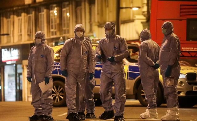 Forenziki so dolgo preiskovali kraj napada. FOTO: Simon Dawson/ Reuters