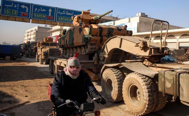 Konvoj vozil turške vojske je včeraj vstopil v sirsko provinco Idlib. FOTO: Aaref Watad/AFP