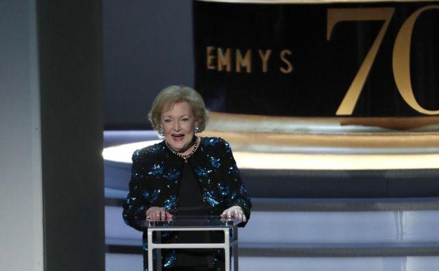 Pred letom in pol je 96-letna Betty White podelila nagrade emmy. FOTO: Reuters