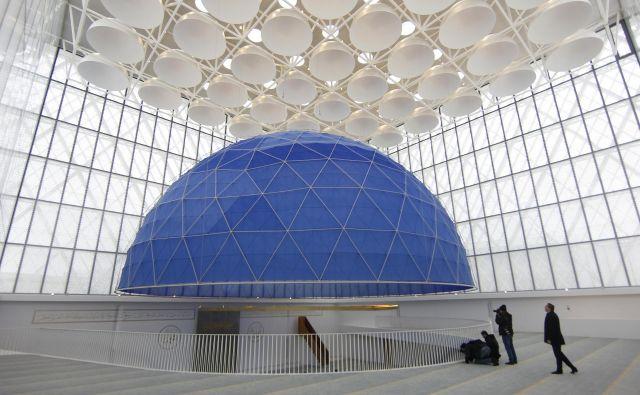Muslimanski kulturni center sestavlja šest objektov bele barve. Izdelani so iz betona, jekla, stekla in lesa ter obkroženi z belo železno konstrukcijo.FOTO: Blaž Samec/Delo