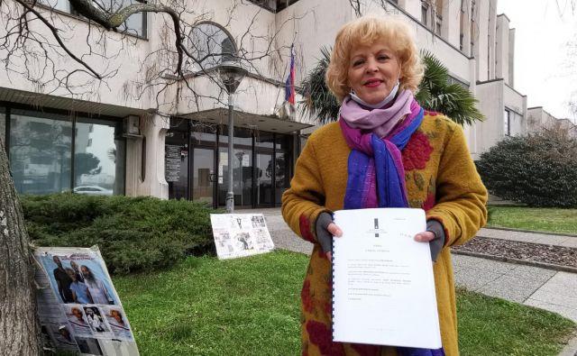 Zlatka Olah dočakala prvo zadoščenje. Zaradi krivice, ki ji je uničila življenje, bo še naprej protestirala pred koprskim sodiščem in opozarjala na krivico, ki se ji je zgodila. Foto Boris Šuligoj