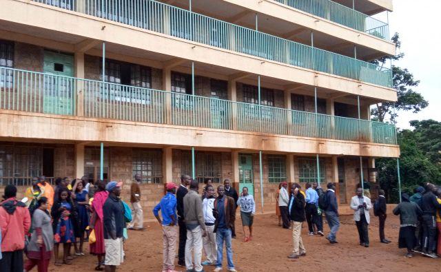 Učitelji in strarši so se po tragičnem dogodku zbrali pred šolo v Kakamegi. FOTO: Reuters