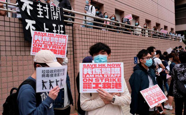Okoli 9000 zdravnikov, medicinskih tehnikov in uslužbencev v hongkonških bolnišnicah stavka. Zahtevajo, naj vlada zapre mejne prehode s Kitajsko, da bi preprečili širjenje okužbe. FOTO: Reuters