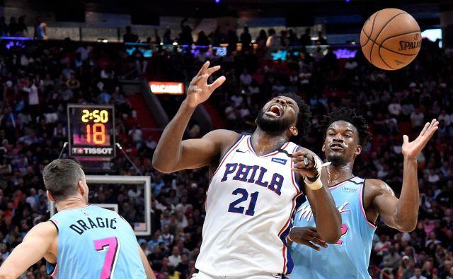 Goran Dragić mlajšega kolega Jimmyja Butlerja v slogu izkušenega košarkarja vzgaja v vodjo moštva. FOTO: USA Today Sports