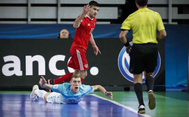 Slovenija je v Brnu izgubila še drugič, zadostoval ni niti čudoviti gol Alena Fetića (na tleh) iz slovenske obrambne polovice, po katerem je prišla v vodstvo z 2:1. FOTO: Uroš Hočevar/Delo