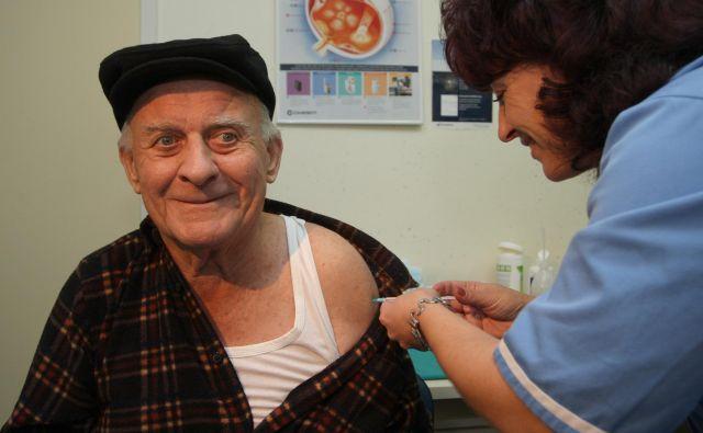 Cepljenje je priporočljivo za vsakogar, še posebej za starejše od 65 let, bolnike s kroničnimi boleznimi pljuč, srca, ledvic, za diabetike, za osebe z imunsko pomanjkljivostjo, pravijo na NIJZ. Foto Tadej Regent