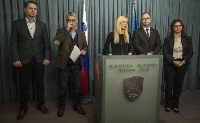Predstavniki parlamentarnih strank, ki predlagajo spremembe volilne zakonodaje Igor Zorčič (SMC), Matjaž Han (SD), Tina Heferle (LMŠ), Blaž Pavlin (NSi) in Maša Kociper (SAB), upajo, da se bo kdo od poslancev Desusa premislil in prispeval svoj glas. FOTO: Voranc Vogel/Delo