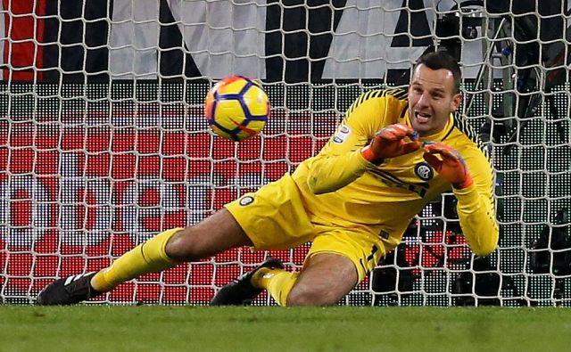 Samir Handanović ima pozitivne izkušnje v tekmah z Milanom, bomo videli, ali jih bo obogatil tudi v nedeljo. FOTO: Reuters