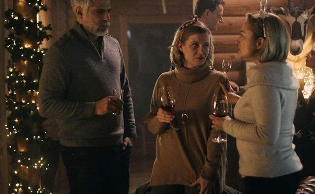 Sebastian Cavazza in Jana Zupančič (v sredini) kot zakonski par v seriji Jezero. FOTO: IMDB