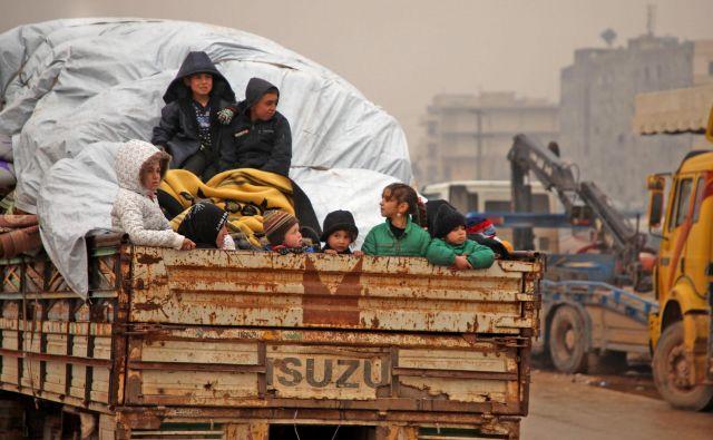 Sirska družina beži iz Idliba proti meji s Turčijo. Foto: AFP