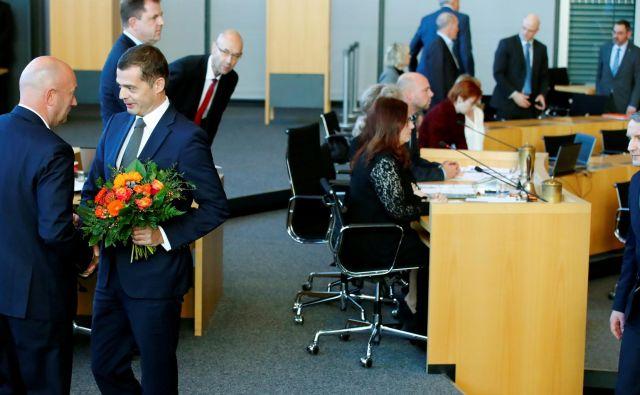 Mike Mohring (CDU) čestita za izvolitev Thomasu Kemmerichu (FDP). Desno Bjoern Hoecke (AfD). Foto: Reuters