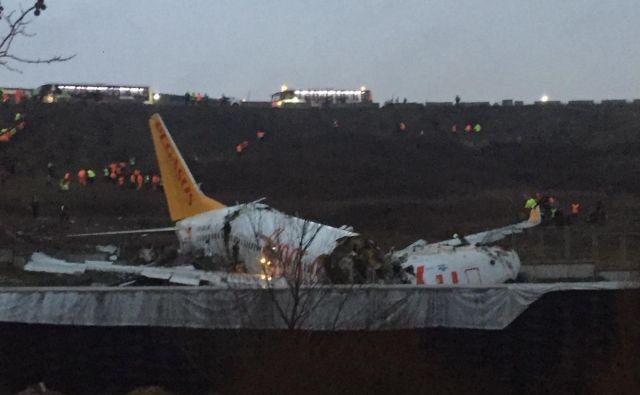 Letalo se je prelomilo in zajel ga je požar. FOTO: Muhammed Demir/AFP
